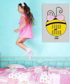 Plakat z pszczółką i tabliczką mnożenia
