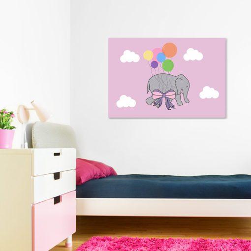 chmurki i słonik na dekoracji do pokoiku