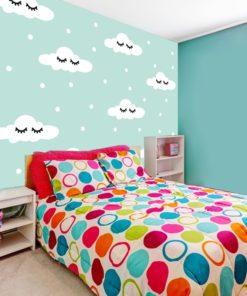 Fototapeta z uroczym wzorem w postaci chmurek i groszków do pokoju dziecka