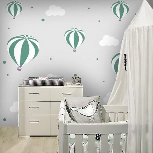 Ozdoba ścienna z balonami pośród chmurek do pokoiku dziecka