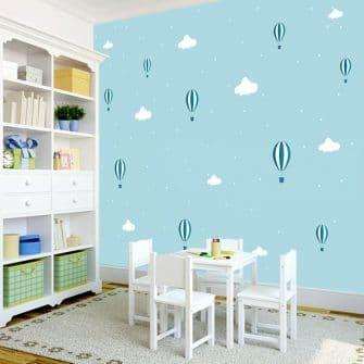 Tapeta z uroczym motywem balonów w chmurkach na niebieskim tle