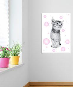 Kotek z różowymi elementami w formie plakatu na scianę
