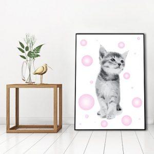 Urocza dekoracja na ścianę z kotkiem i różowymi elementami