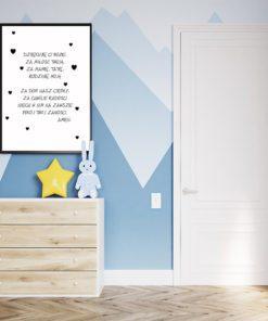 plakat z paciorkiem nad łóżeczko