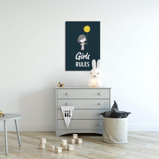 granatowy plakat z dziewczynką