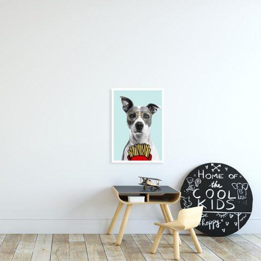 plakat psa buldoga w okularach nad stolikiem