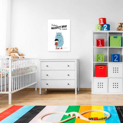 plakat z niebieskim stworkiem i chłopcem