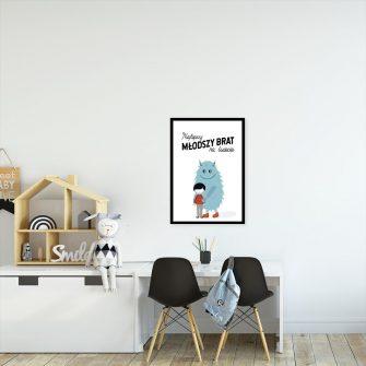 plakat niebieski stworek i chłopiec
