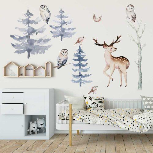 pokój niemowlaka dekorowany naklejkami z motywem zwierząt