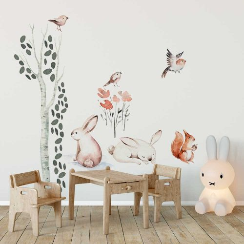 Pokój niemowlaka dekorowany naklejkami z lasem