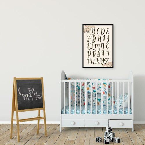 brązowe literki na plakacie edukacyjnym do pokoju małej dziewczynki